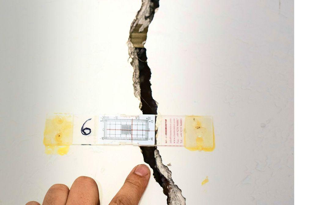 Die  Größe der teilweise  fingerdicken Risse wird bei Messungen exakt erfasst. Foto: factum/Archiv