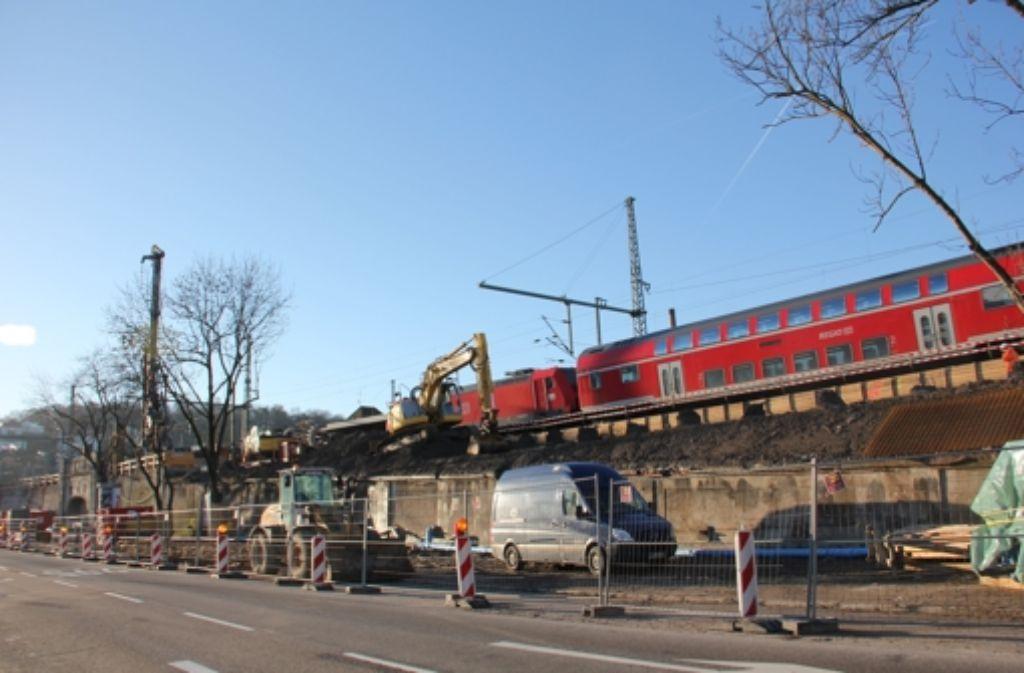 Am Bahnhof Feuerbach wird  eines der  Umfahrungsgleise gebaut. Foto: Georg Friedel