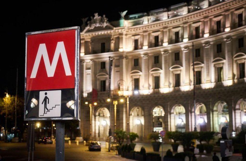Ein Schild mit M wie Metro weist an der Piazza Repubblica auf die U-Bahn-Station gleichen Namens hin. Foto: picture alliance/dpa