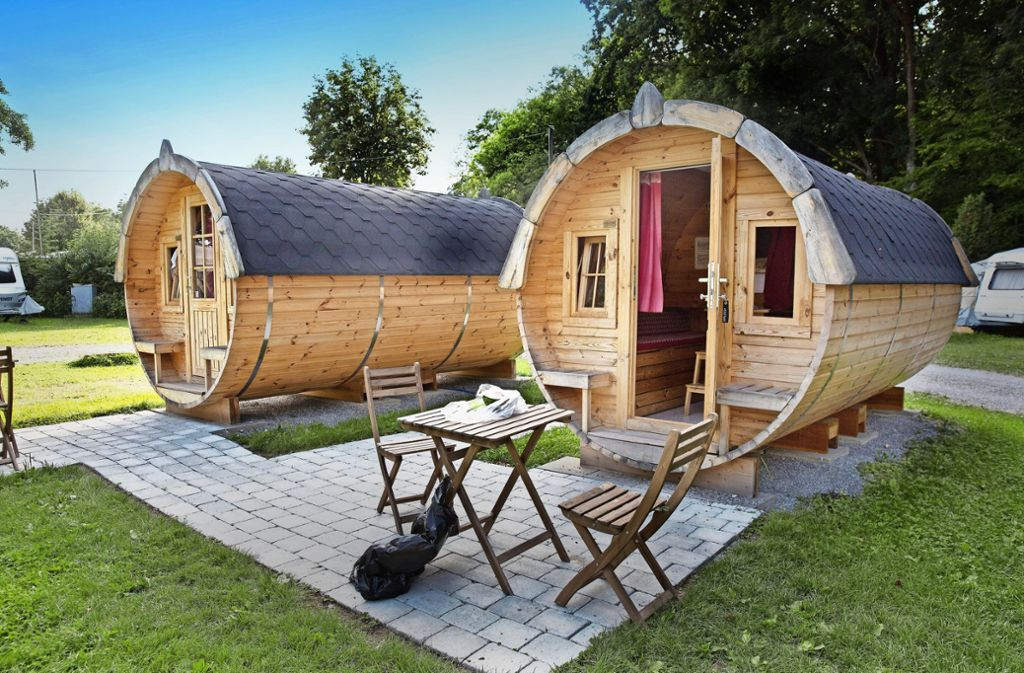 Ein warmes Bett und ein bisschen Hüttenromantik versprechen die Schlaffässer, die auf dem Campingplatz Aichelberg gebucht werden können. Foto: Horst Rudel