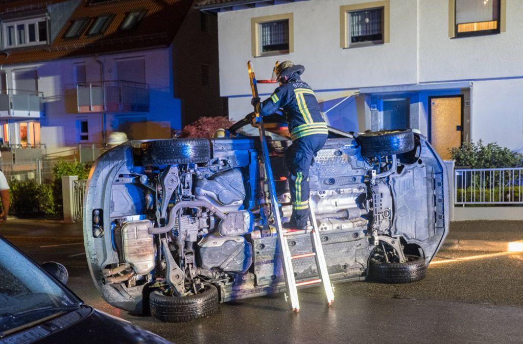 Die Stuttgarter Feuerwehr musste den Wagen bergen. Foto: 7aktuell.de