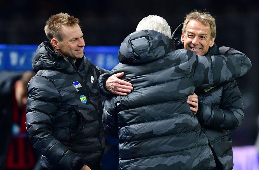 Herthas Trainer Jürgen Klinsmann (r) jubelt nach Spielende mit seinem Team. Foto: dpa/Soeren Stache