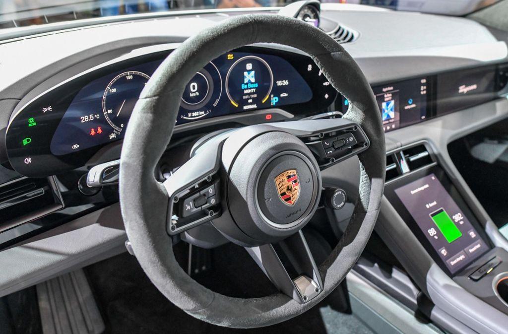 Blick in einen Porsche Taycan. Foto: dpa/Patrick Pleul