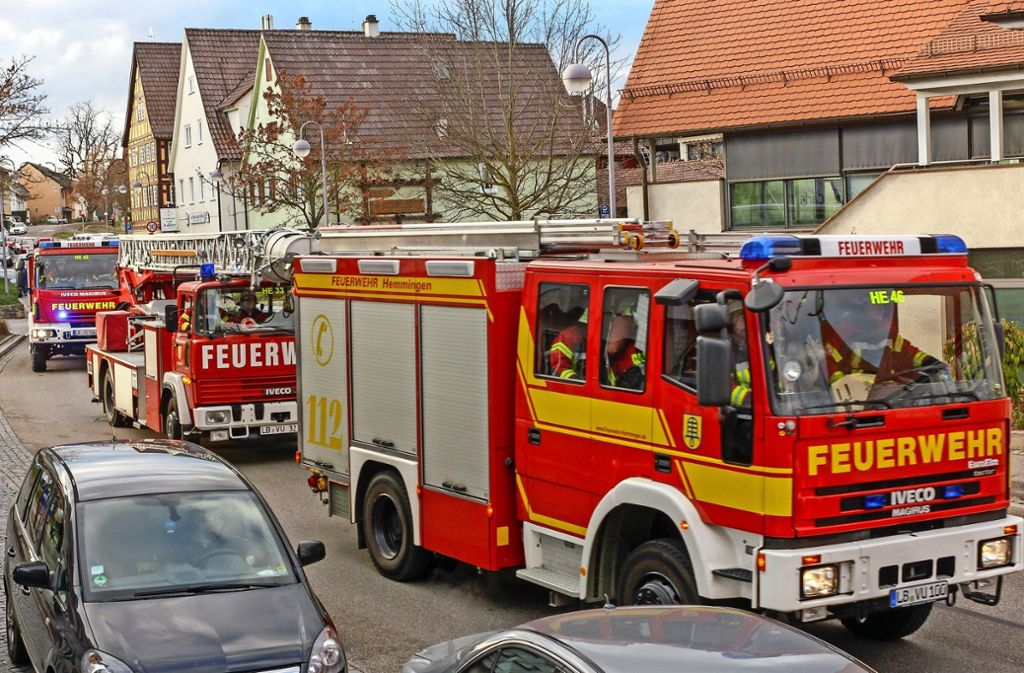 Fast wie beim echten Einsatz: der Umzug der Feuerwehr  durch Hemmingen Foto: factum/Bach