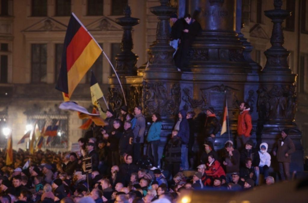 Mehr als zehntausend Pegida-Anhänger treffen in Dresden auf  ungefähr genauso viele Gegen-demonstranten. Weitere Bilder von den Demonstrationen zeigen wir in der folgenden Fotostrecke. Foto: Getty