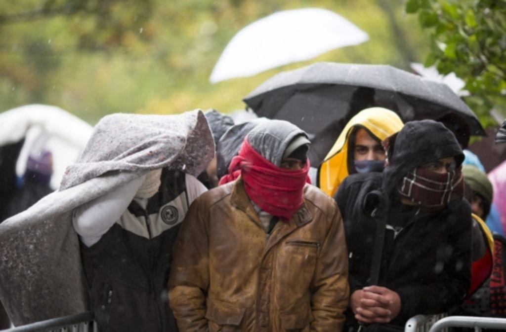 Frierende Flüchtlinge warten auf dem Gelände des Landesamtes für Gesundheit und Soziales (LaGeSo) in Berlin auf ihre Registrierung. Foto: dpa