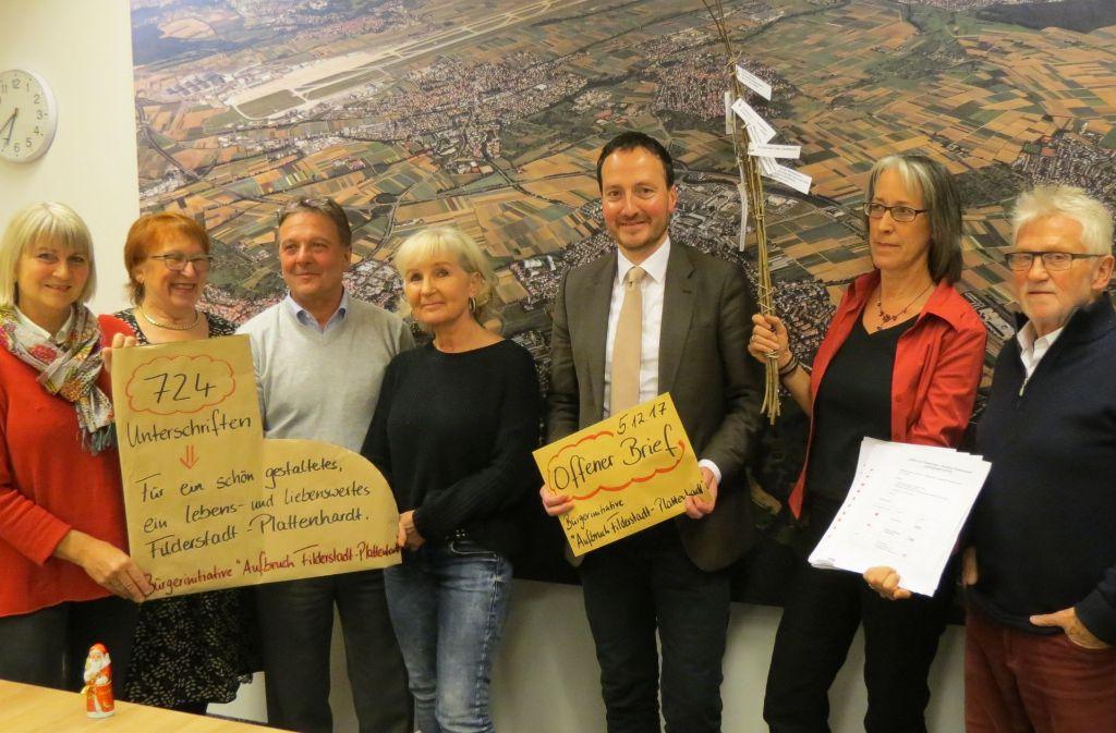 Die Aktivisten der Bürgerinitiative  übergaben Oberbürgermeister Christoph Traub (Dritter von rechts) auch eine Rute mit Wunschzetteln. Foto: Otto-H. Häusser