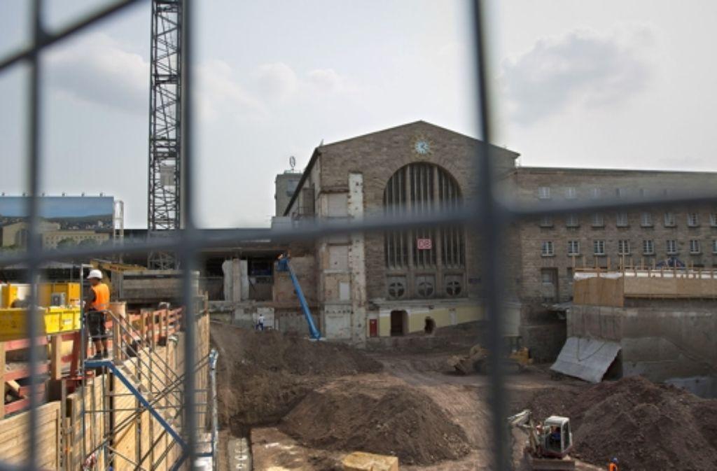 Während am Hauptbahnhof  die vorbereitenden Arbeiten für den Bau des neuen Tiefbahnhofs weitergehen, wird in den Büros der Bahn kräftig gerechnet. Foto: Steinert
