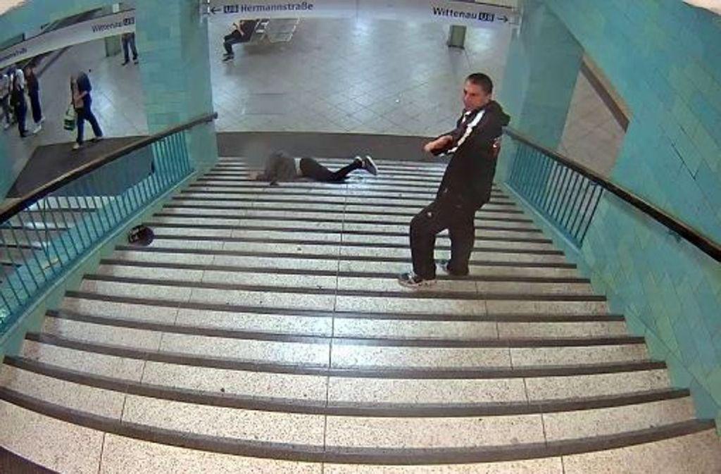 Die Polizei fahndet noch immer nach dem Täter, der einen Mann eine U-Bahntrepe hinuntergestoßen hat. Foto: Polizei Berlin/dpa
