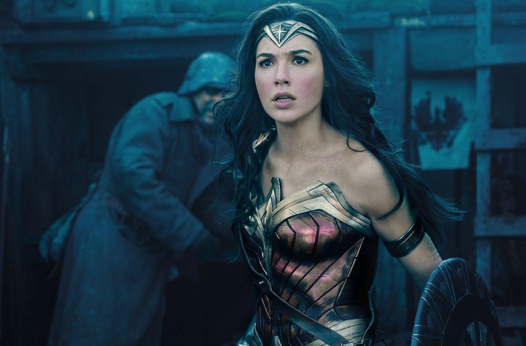 """Vorne die glanzvolle Superheldin (Gal Gadot) frisch von den Comicseiten, hinten das Elend des Ersten Weltkriegs: """"Wonder Woman"""" bietet eine gewagte Kombination. Foto: Warner Bros."""