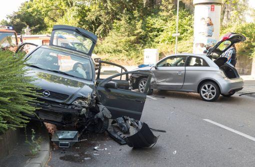 26-Jährige will Radler überholen und kracht in Gegenverkehr