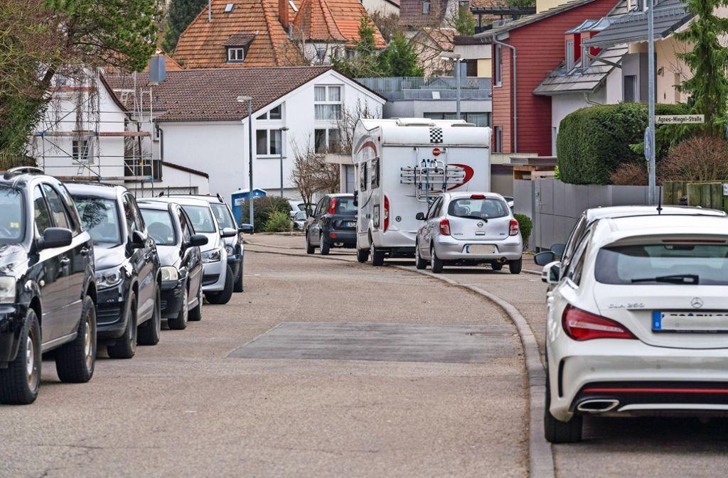 Ein gewohntes Bild: Viele parkende Autos im Bereich der Goethe-, Annette-Kolb-, Herder- und Agnes-Miegel-Straße. Foto: factum/Weise