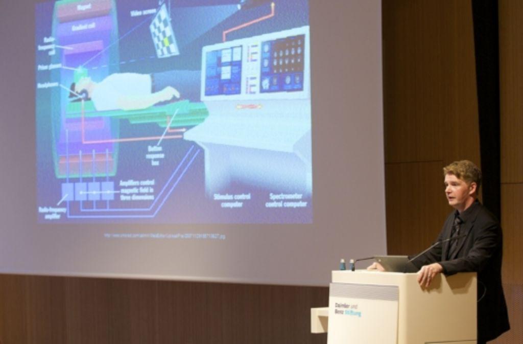 John-Dylan Haynes erklärt bei einem Vortrag in Stuttgart sein Arbeitsgerät: den Magnetresonanztomografen. Foto: Wölffing/Daimler-und-Benz-Stiftung