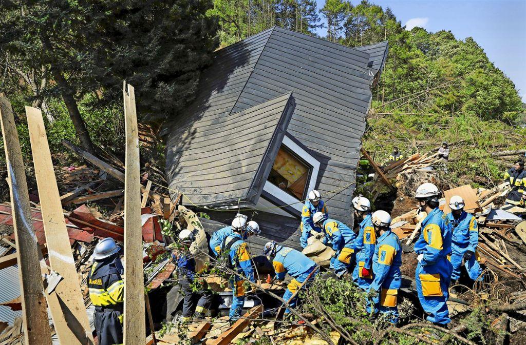 Rettungskräfte suchen auf der  Insel Hokkaido nach Verschütteten Foto: dpa