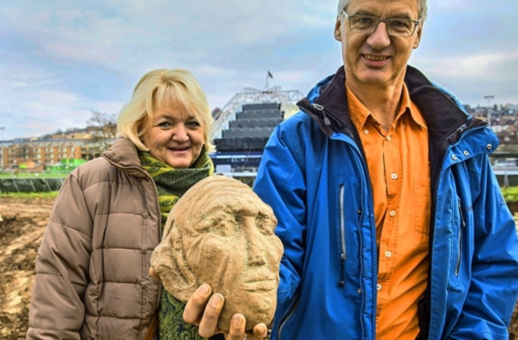 Die Archäologin Susanne Arnold und der Bodenkundler Andreas Lehmann präsentieren den 2012 gefundenen Sandsteinkopf Foto: Achim Zweygarth