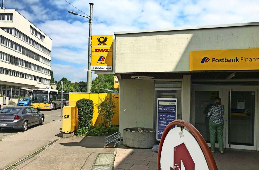 Kunden können ihre Bank- und Postgeschäfte bald nicht mehr am Wollgrasweg erledigen. Schon länger sind die Öffnungszeiten dort relativ variabel. Foto: Julia Bosch