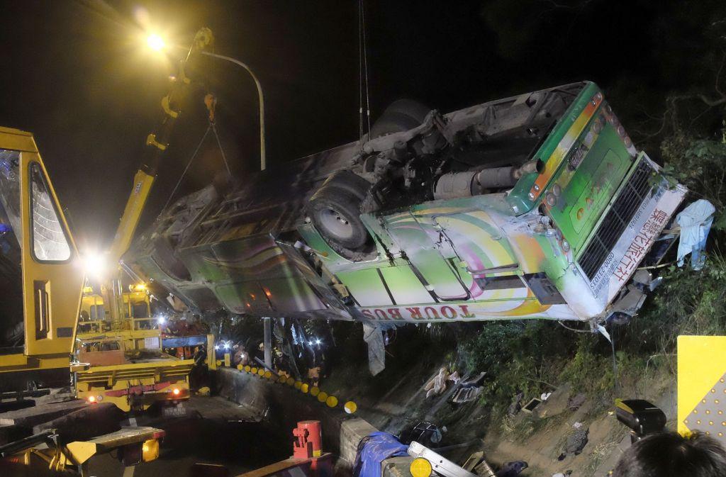 Ein Reisebus mit 44 Insassen ist in Taiwan verünglückt. Dabei sind Dutzende Menschen ums Leben gekommen. Foto: AFP