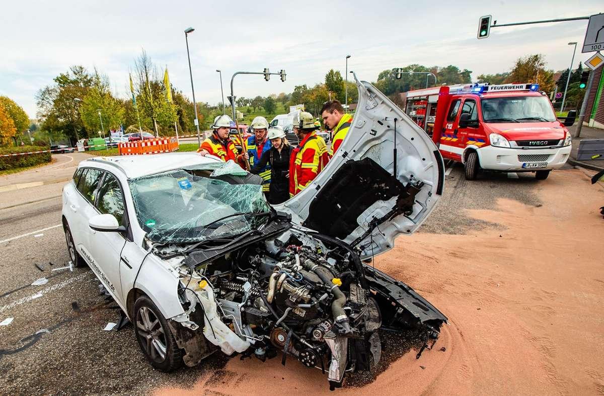 In dem Renault sind bei dem Unfall  in Kornwestheim im Oktober 2019 zwei Menschen schwer verletzt worden. Foto: KS-Images.de / Karsten Schmalz