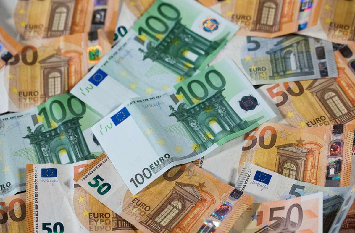 Die Beamten erhalten  ab April 1,4 Prozent und ab April 2022 noch einmal 1,8 Prozent mehr Gehalt. Foto: dpa/Jens Büttner