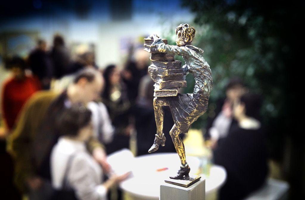 """Mit dem äußeren und dem inneren Gleichgewicht haben die Figuren des  Bildhauers Vitali Safronov oft zu kämpfen. Diese Plastik trägt den Titel """"Büro Frau Balance"""". Foto: Horst Rudel"""