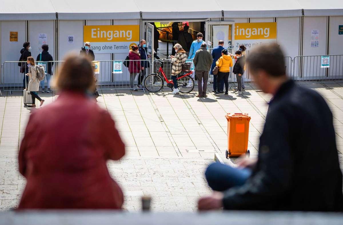 Testangebot im Herzen der City: das Testzelt auf dem Schlossplatz. Ende des Monats ist hier aber Schluss. Foto: dpa/Christoph Schmidt