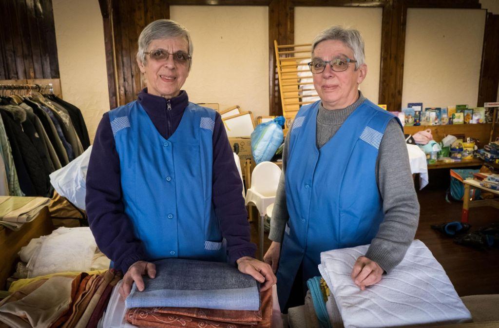 Marianne Löffler und Elfriede Metzger wissen, dass Kleider mehr als nur Bekleidung sind. Foto: Lichtgut/Achim Zweygarth