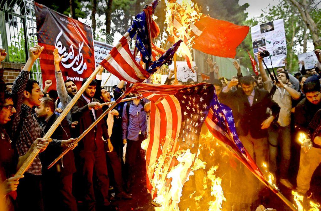 Vor der US-Botschaft in Teheran verbrennen Iraner die amerikanische Flagge. Foto: imago