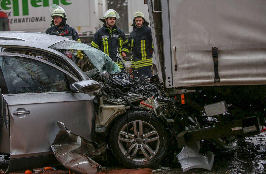 Ein Audi-Fahrer ist offenbar ungebremst auf einen Laster aufgefahren. Foto: 7aktuell.de/Christina Zambito