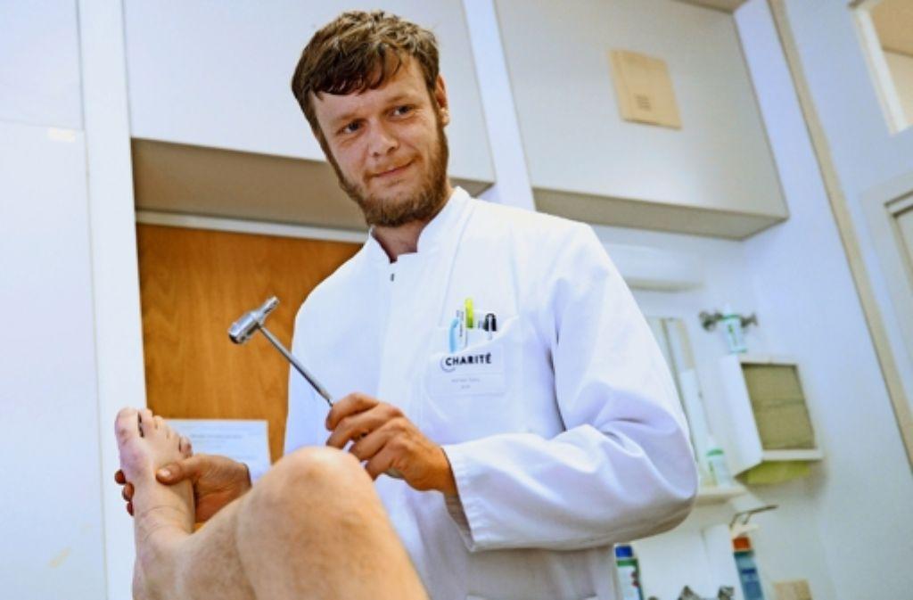 Ein Arzt  bei seiner  Arbeit. Doch wenn sich Ärzte  kaufen lassen, dient das nicht dem Patientenwohl. Foto: dpa(