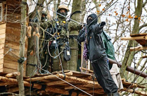 Polizei holt letzten Umweltschützer aus dem Baum