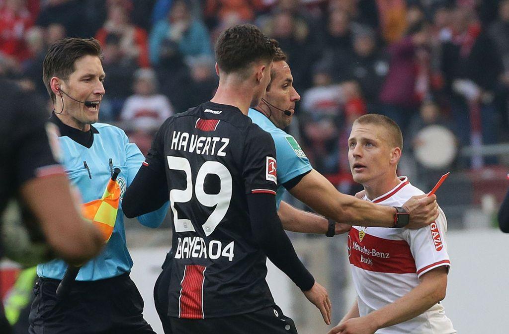 Ausraster von Santiago Ascacibar (re.): Im Spiel gegen Bayer Leverkusen spuckte er Gegenspieler Kai Havertz an, danach schubste er noch Schiedsrichter Tobias Stieler. Foto: Baumann