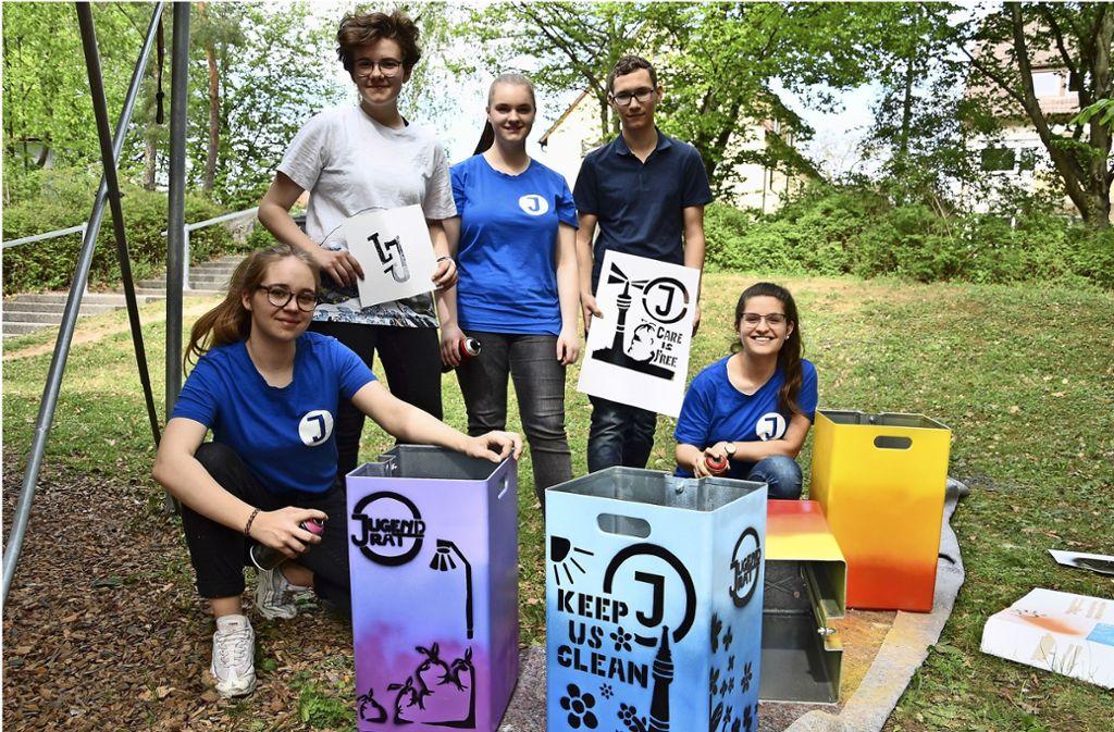 Fünf  Jugendräte haben Papierkörbe der SSB farbenfroh gestaltet. Sie werden an den Stadtbahnhaltestellen am Karl-Benz-Platz aufgehängt. Foto: Mathias Kuhn