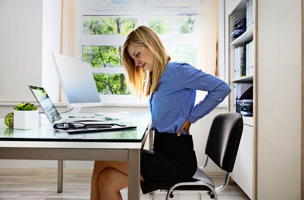 Sitzen im Büroalltag ist eine Herausforderung für den Rücken. Foto: Andrey Popov/Adobe Stock