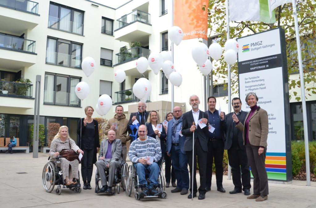 Behindertenorganisationen und Betroffene protestieren mit einer Luftballonaktion vor dem PMGZ gegen den Entwurf des Bundesteilhabegesetzes. Foto: Sandra Hintermayr