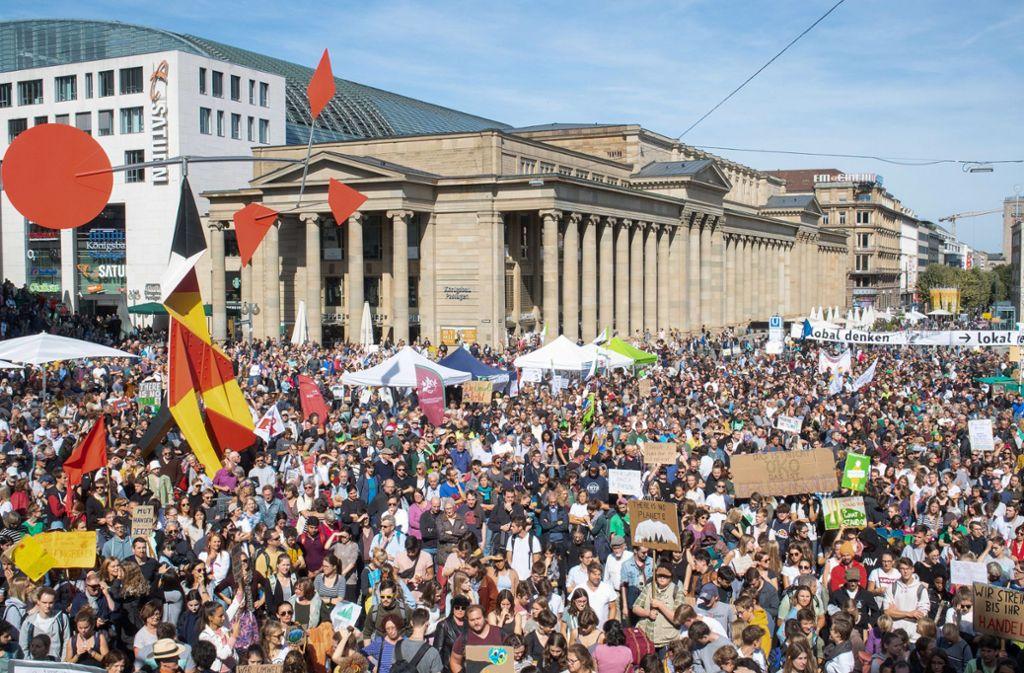 So sah es beim globalen Klimastreik im September auf dem Stuttgarter Schlossplatz aus. Jetzt gibt es wieder einen Aufruf. Foto: dpa/Sebastian Gollnow
