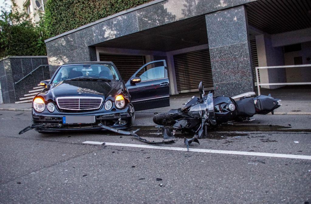 Schwerer Unfall in Stuttgart auf der Neuen Weinsteige. Foto: SDMG