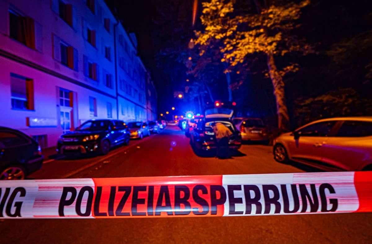 Der Tatort in der Rosensteinstraße ist am frühen Montagmorgen gesperrt. Foto: 7aktuell.de/Alexander Hald