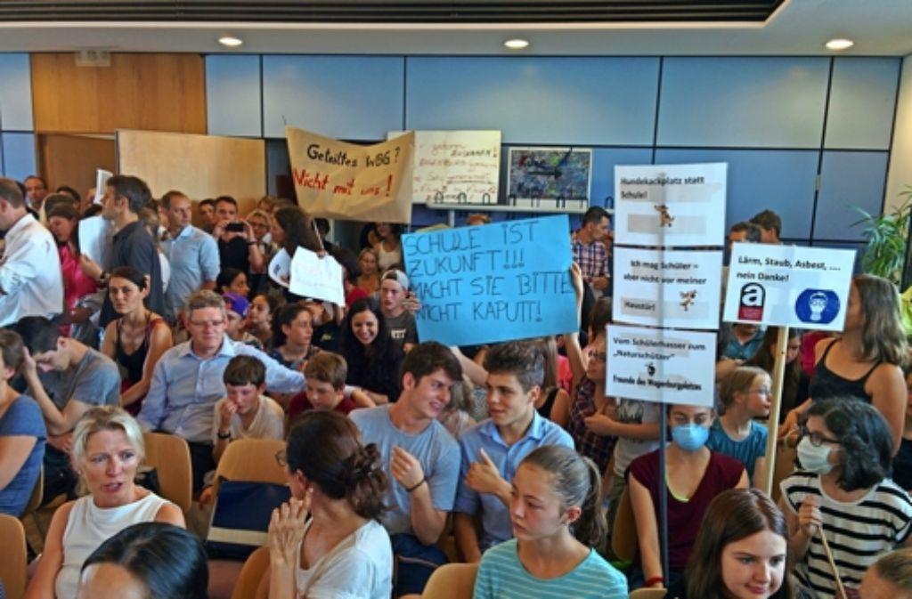 Protestaktion von Schülern, Lehrern und Eltern im Bezirksbeirat Foto: Jürgen Brand