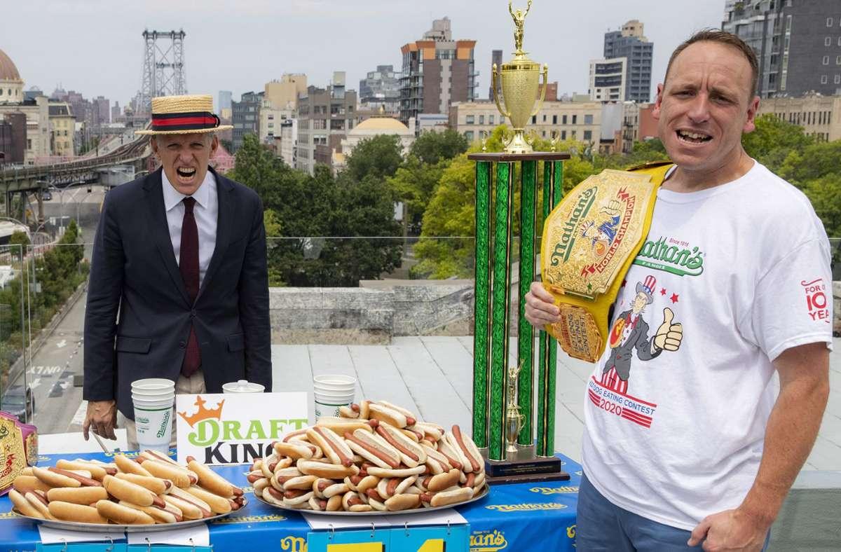 Joey Chestnut (rechts)  und Veranstalter George Shea posieren beim Einwiegen für das jährliche Hotdog-Wettessen am Unabhängigkeitstag Foto: dpa/John Minchillo