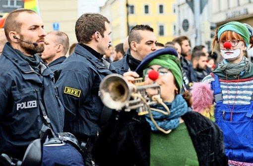 München ist in diesen Tagen ein Hochsicherheitstrakt – dies zeigt sich erst recht während der Demonstration gegen die Sicherheitskonferenz am Samstag in der Innenstadt. Foto: dpa