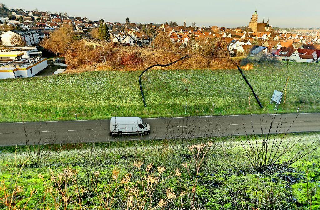 Vor der Südumfahrung enden die Schienen der Hesse-Bahn. Dort, wo sich momentan noch die schwarze Krötensperre befindet, muss Weil der Stadt jetzt eine neue Brücke bauen. Foto: factum/Granville
