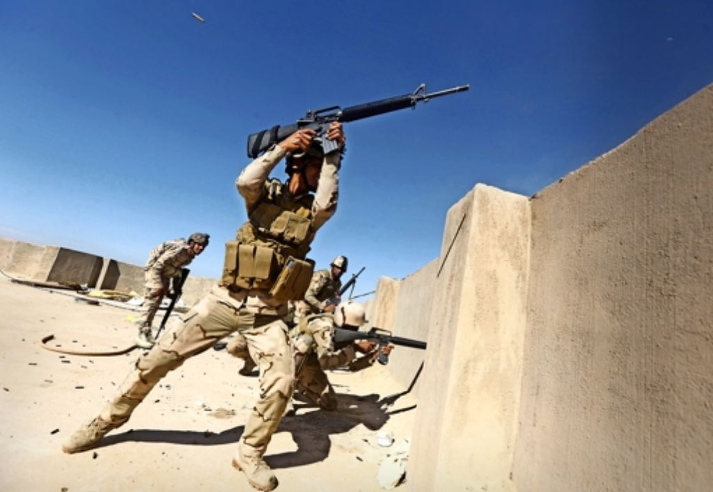 Irakische Soldaten kämpfen westlich von Bagdad gegen den sogenannten Islamischen Staat. Foto: AFP