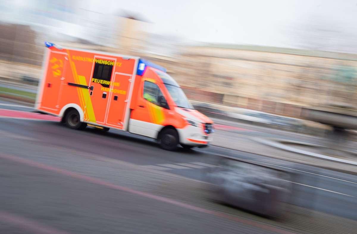 Ein Krankenwagen brachte den Mann in eine Spezialklinik. Foto: dpa/Julian Stratenschulte