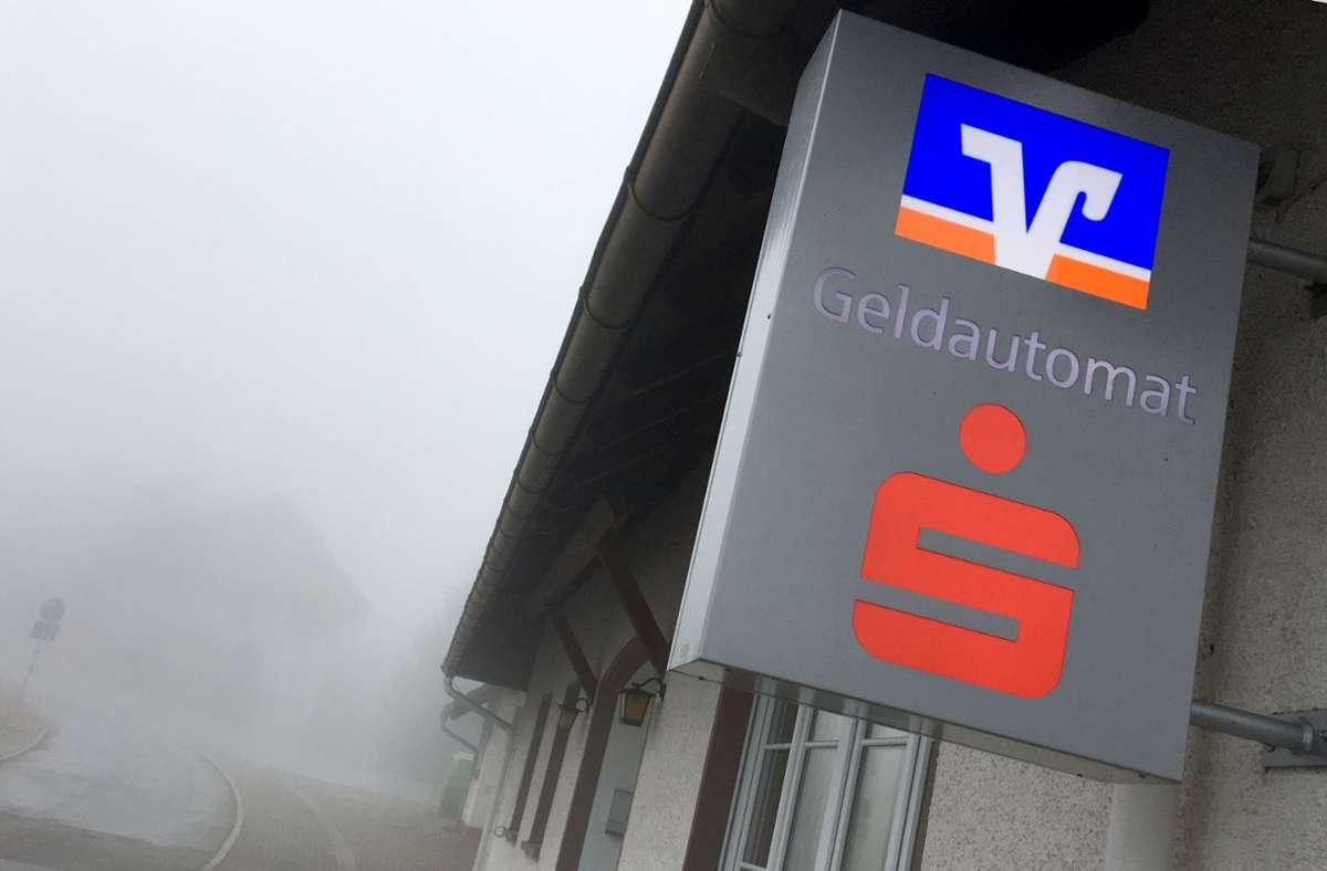 Banken und Sparkassen dünnen ihr Filialnetz aus. Hier das Hinweisschild für einen Geldautomaten, den eine Sparkasse und eine Volksbank gemeinsam betreiben. Foto: picture alliance / Wolf Dewitz/d