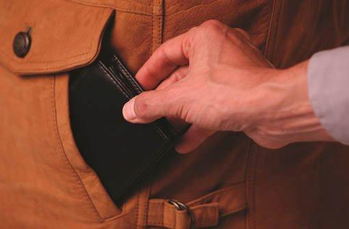 18.11.: Taschendiebe bestehlen Passanten