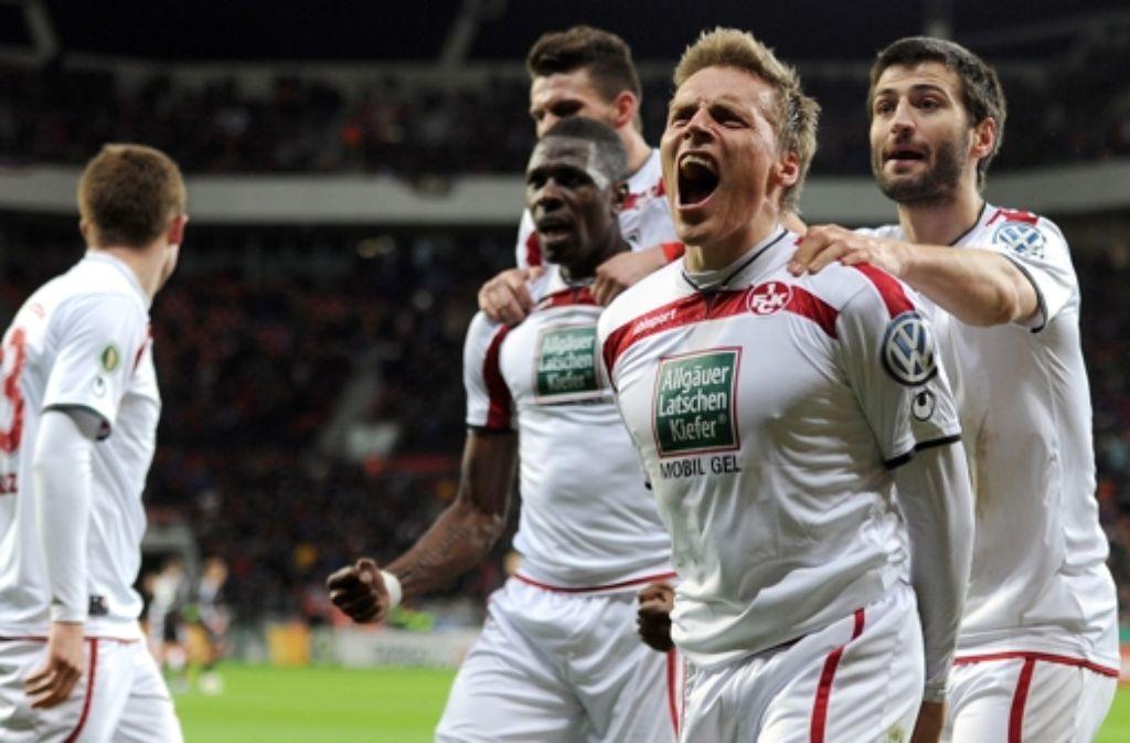 Der einzige Zweitligist schafft es ins DFB-Pokal-Halbfinale. Ruben Jenssen schoss das entscheidende Tor in der Nachspielzeit für Kaiserslautern Foto: dpa