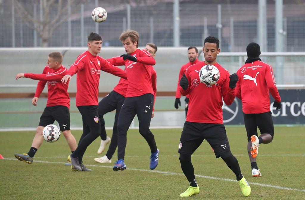 Dennis Aogo (2.v.r.) hat wieder am Training des VfB Stuttgart teilgenommen. Foto: Pressefoto Baumann