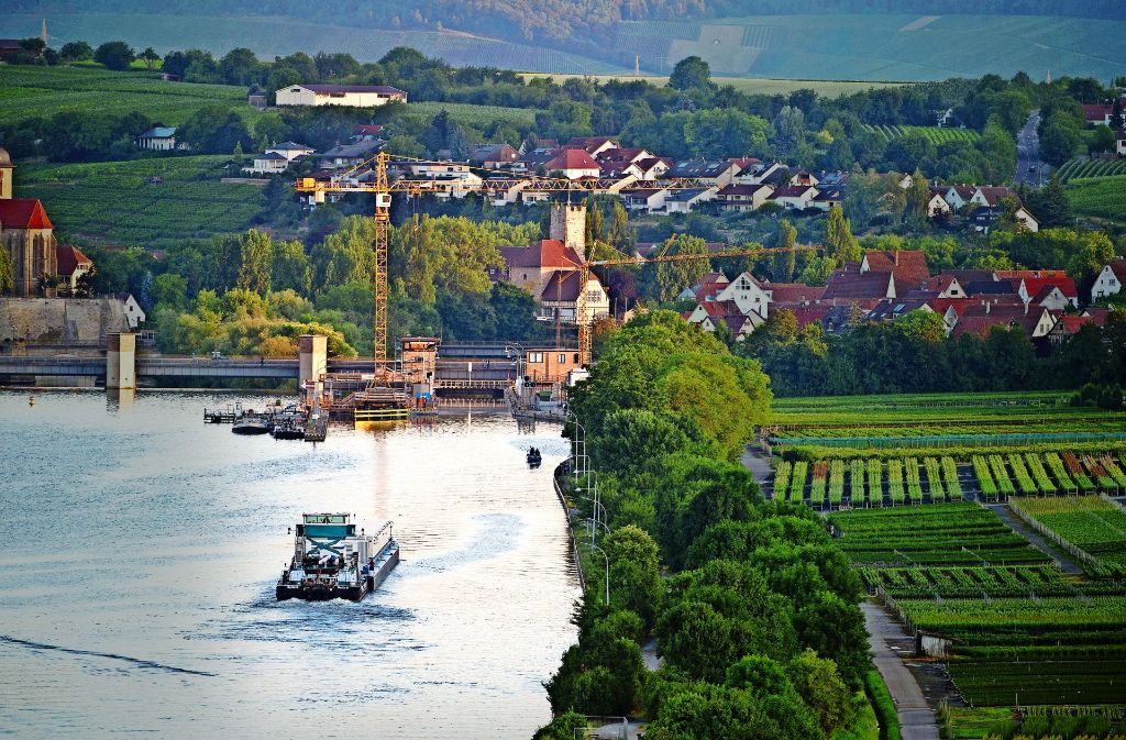 Das Castortransportschiff ist –  zunächst ohne radioaktive Fracht – auf dem Neckar  unterwegs. Es muss insgesamt sechs  Schleusen passieren. Foto: dpa