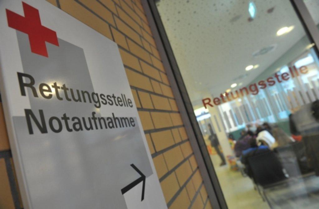 Am Donnerstagnachmittag kommen zwei Unbekannte auf das Krankenzimmer eines 75-Jährigen im Kreiskankenhaus Esslingen und verwickeln den Rentner in ein Gespräch. Wenig später fehlen die Uhr des Mannes und rund 270 Euro Bargeld. Foto: dpa/Symbolbild