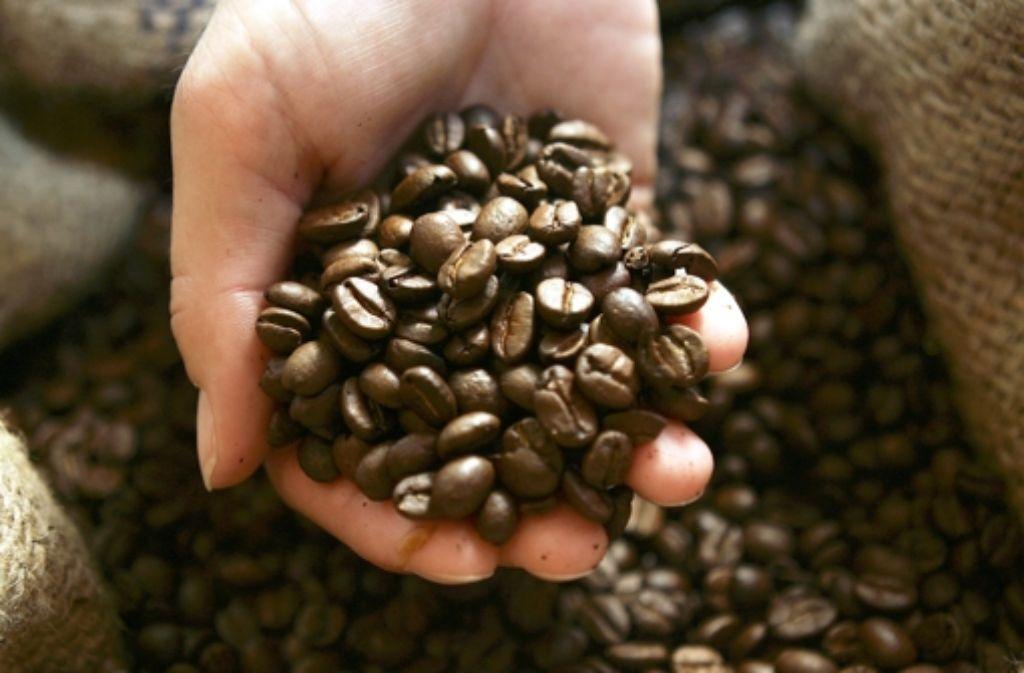 Eine Handvoll Kaffee ist derzeit so günstig wie lange nicht mehr. Foto: AP